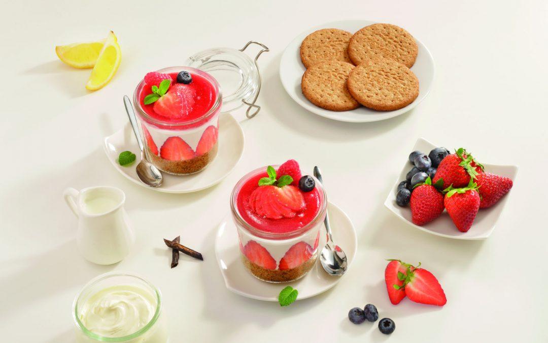Μίνι Τσίζκεϊκ (cheesecake) με φράουλες σε γυάλινο βαζάκι